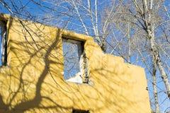 förstörd byggnad Morgon efter ha beskjutit arkivbild