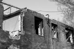 förstörd byggnad Morgon efter ha beskjutit Royaltyfri Foto