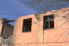 förstörd byggnad Morgon efter ha beskjutit Royaltyfri Fotografi