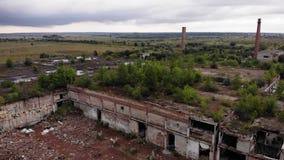 Förstörd fabrik, träd på taket, flyg- sikt stock video