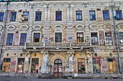 Förstörd fasad av en hyreshus Royaltyfria Bilder