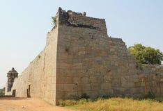 Förstörd fortvägg av det indiska kungariket, Hampi Arkivfoto