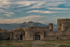 Förstörd gammal slottport i bakgrunden de albanian fjällängarna arkivfoton