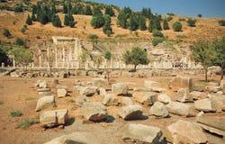 Förstörd gata av den forntida staden Ephesus med brutna väggar och kolonner, Turkiet Royaltyfria Foton