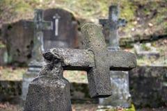 Förstörd gravsten Arkivfoto