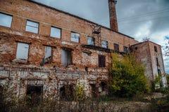 Förstörd industribyggnad för röd tegelsten Övergiven och förstörd sockerfabrik i Novopokrovka, Tambov region royaltyfria bilder