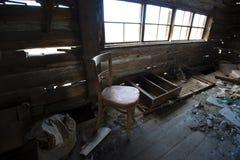 Förstörd inre av det gamla övergav huset Royaltyfri Foto