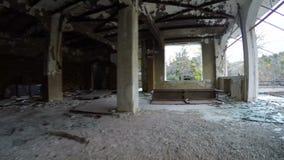 Förstörd inre av en byggnad stock video