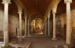 Förstörd inre av strömförsörjningskyrkan av den Juromenha fästningen Royaltyfri Foto