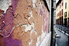 förstörd italy gammal vägg royaltyfria bilder