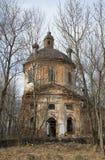 Förstörd kyrka av milt Zapolie Leningrad region arkivbild