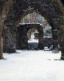Förstörd kyrka i snöfall med dörröppningen och bågar i heptonstall Royaltyfri Fotografi