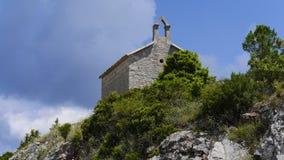 Förstörd kyrka på en kulle Royaltyfri Foto