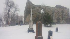 Förstörd kyrkogård för kyrka Arkivbilder