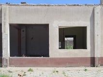 Förstörd liten modern byggnad Arkivfoton