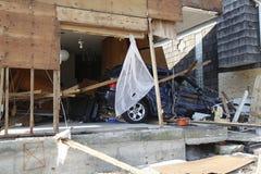 Förstörd lyxig bil i efterdyningen av orkanen som är sandig i avlägsna Rockaway, New York Arkivfoto