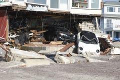 Förstörd lyxig bil i efterdyningen av orkanen som är sandig i avlägsna Rockaway, New York Fotografering för Bildbyråer
