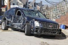 Förstörd lyxig bil i efterdyningen av orkanen som är sandig i avlägsna Rockaway, New York Royaltyfria Bilder