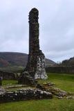 Förstörd medeltida priorsklostervägg, Wales Arkivfoto