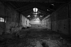 Förstörd och förfallen gammal byggnadsinre Arkivbild