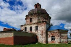 Förstörd ortodox kyrka av St Peter och Pavels Royaltyfri Bild