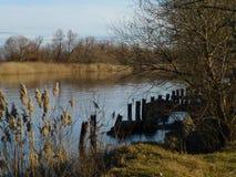 Förstörd pir på sjön arkivfoton