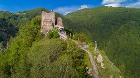 Förstörd Poenari slott på monteringen Cetatea i Rumänien royaltyfri bild