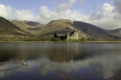 Förstörd skotsk slott på en fjord arkivbilder