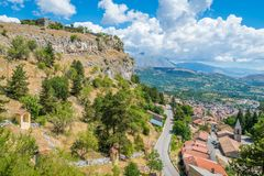 Förstörd slott över Tagliacozzo, landskap av L ` Aquila, Abruzzo, Italien Arkivfoton