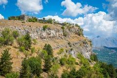 Förstörd slott över Tagliacozzo, landskap av L ` Aquila, Abruzzo, Italien Royaltyfria Bilder