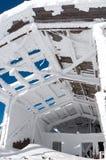 Förstörd snöig byggnad Arkivbild