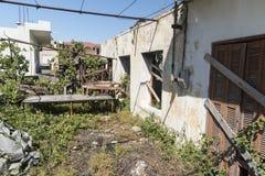 Förstörd stugaKremasti stad Rhodes Arkivbild