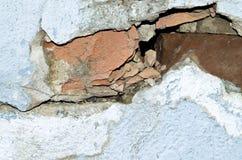 Förstörd tegelsten och betongvägg Arkivbilder