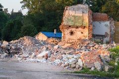 Förstörd tegelstenbyggnad i Polen, demontering av hus royaltyfri foto