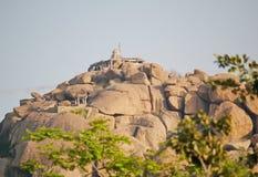 Förstörd tempel på ett berg, Hampi, Indien Royaltyfri Foto