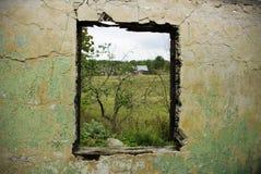 förstörd vägg Arkivbild