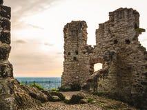 Förstörd vägg av den Drachenfels slotten i Königswinter, Tyskland arkivbild