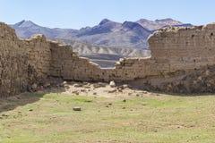 Förstörd vägg i berglandskap Fotografering för Bildbyråer