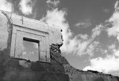 Förstörd vägg med fönstret Royaltyfri Foto