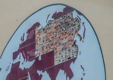 Förstörd världskarta på väggen av ett hus i havannacigarr arkivbilder