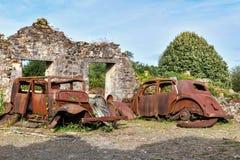 Förstörda bilar under världskrig 2 i den stadsOradour suren Glane Frankrike royaltyfri foto