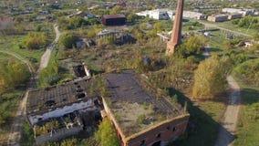 Förstörda byggnader i byn Flyg- skytte lager videofilmer