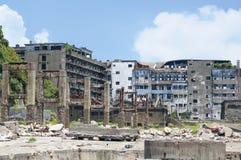Förstörda byggnader på den Hashima ön i Japan Fotografering för Bildbyråer
