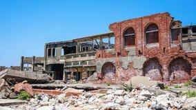 Förstörda byggnader på Gunkajima (den Hashima ön) Royaltyfri Bild