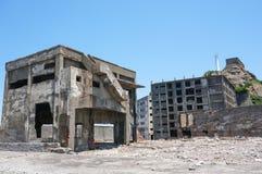 Förstörda byggnader på Gunkanjima (den Hashima ön) Arkivfoton