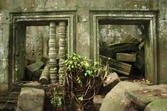 Förstörda fönster och skräp i den Cambodja monumentet fotografering för bildbyråer