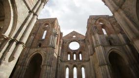 Förstörda inre väggar till Whitby Abbey i North Yorkshire i England engelskt arv arkivfilmer