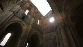 Förstörda inre väggar till Whitby Abbey i North Yorkshire i England engelskt arv stock video