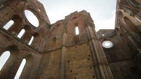 Förstörda inre väggar till Whitby Abbey i North Yorkshire i England engelskt arv Fördärvar av forntida gotisk kyrka arkivfilmer