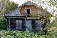 Förstörda och övergav trä shoppar i byn Royaltyfri Foto